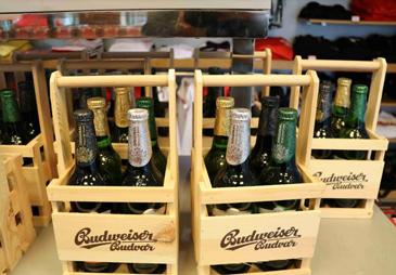 Spumeggianti na zdraví con la birra Ceca  Budweiser Budvar